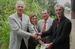 Schulleiter Gerhard Behrends (rechts) freut sich über die 500-Euro-Spende vom Freundeskreis Garbsen, überreicht durch Hans Georg Pott, Maren Mastroberardino und Hartmut Büttner (von links nach rechts).
