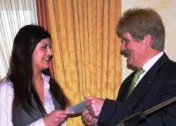 Der Vorsitzende Wolfgang Galler gratuliert Tuna Lafci zum Jugendpreis.