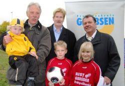 Hans Georg Pott, Wolfgang Galler und Hartmut Büttner freuen sich mit den kleinen Fußballern über das erfolgreiche Torwandschießen.