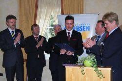 Der Vorsitzende Wolfgang Galler (rechts) gratuliert Stefan Kamer (vierter von links) zum Jugendpreis. Freundeskreis Vorstand Torsten Heiner, Heinrich Sprengel und Heinz Haferkamp (von links) und der Themenkreisleiter Jugend und Sport, Hartmut Büttner, freuen sich mit Kamer.